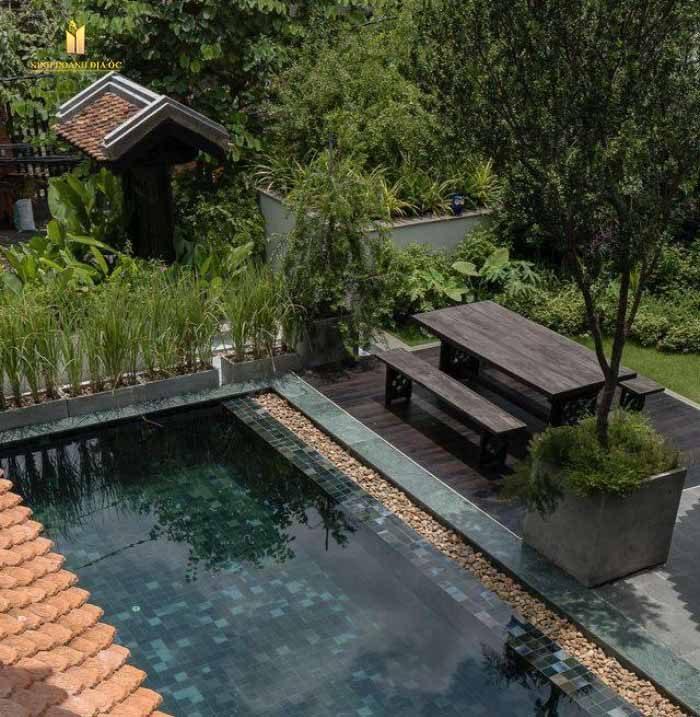 Thiết kế biệt thự lấy cảm hứng từ phong cách Indochine cổ điển. Sử dụng những vật liệu truyền thống Á Đông, cùng những tiện nghi cao cấp hòa trộn vào nhịp sống đương đại.