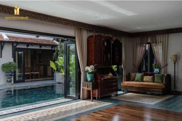 Không gian hồ bơi, sân vườn được kiến trúc sư bố trí ở giữa biệt thự. Đây là sự học hỏi theo kiến trúc của người Hoa, Hy Lạp cổ và nhà truyền thống của người Việt Nam. Khi hoàn thành, biệt thự vẫn giữ được nét cổ kính, đồng thời cũng rất sang trọng và hợp thời.
